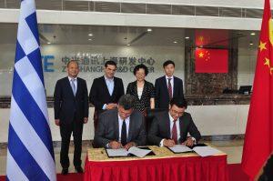 τιγμιότυπο από την τελετή υπογραφής του Συμφώνου Συνεργασίας μεταξύ Forthnet και ZTE, από τον κ. Πάνο Παπαδόπουλο, Διευθύνων Σύμβουλο της Forthnet και τον κ. Deng Chao, Διευθύνων Σύμβουλο της ZTE Hellas, παρουσία των (από αριστερά προς τα δεξιά) κ. Yu Hai Director for Public Relationships and Foreign Affairs of ZTE, κ. Αλέξης Τσίπρας Πρωθυπουργός, κα. Ms. Chen Jie ZTE Senior Vice President of ZTE και Mr. Li Ming Vice President of ZTE