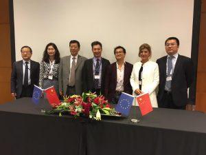 Η κα Li Lu, Executive General Manager της China International Communications και η κα Κατερίνα Κασκανιώτη, Διευθύντρια Πλατφόρμας και Περιεχομένου της Nova, κατά τη στιγμή της υπογραφής του Μνημονίου Συνεργασίας