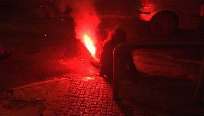ΕΦΕ: Η εκτόξευση σε ευθεία βολή δακρυγόνων ή φωτοβολίδων αποτελεί εγκληματική ενέργεια